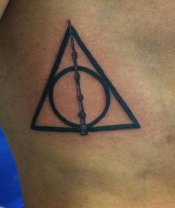 Tatuaje de círculo dentro de triángulo