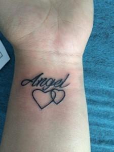 Tatuaje de corazón con el nombre de Ángel