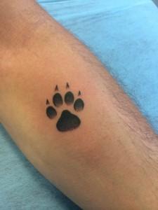 Tatuaje de huella de oso en brazo