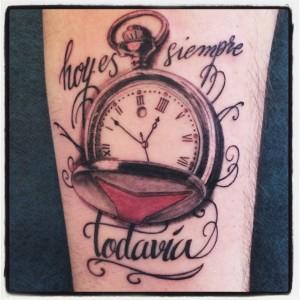 """Tatuaje de reloj y lettering """"Hoy es siempre todavía"""""""