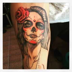 Tatuaje de catrina con rosa roja