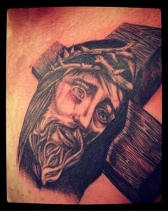 Tatuaje de cabeza y cruz de Jesús