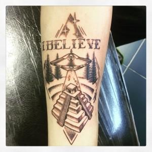 Tatuaje de ovni y lettering