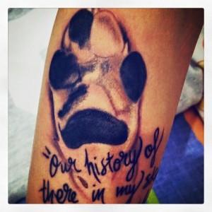 Tatuaje de huella de perro y lettering