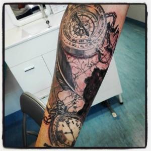 Tatuaje de brújulas y mapas