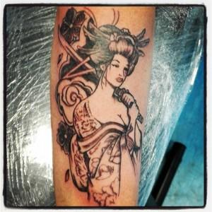 Tatuaje de geisha en brazo