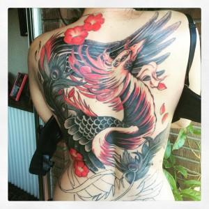 Tatuaje de ave fénix en espalda