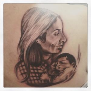 Tatuaje de retrato de mujer y bebé