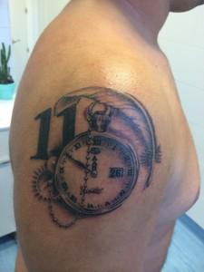 Tatuaje de reloj antigüo y número 11