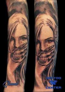 Tatuaje de mujer llorando con boca de calavera