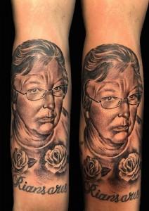Tatuaje de retrato de mujer y lettering