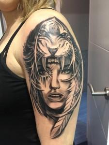 Tatuaje de chica india con cabeza de tigre