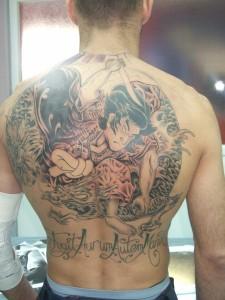 Tatuaje de guerrero samurai en espalda