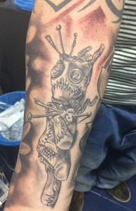 Tatuaje de muñeco vudú