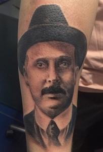 Tatuaje de retrato de hombre con sombrero