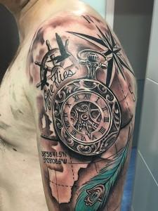 Tatuaje de reloj antigüo sobre mapa y rosa de los vientos