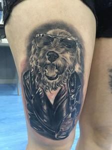 Tatuaje de perro rockero