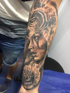 Tatuaje de realismo black and grey realizado en nuestro centro de Montera de Madrid
