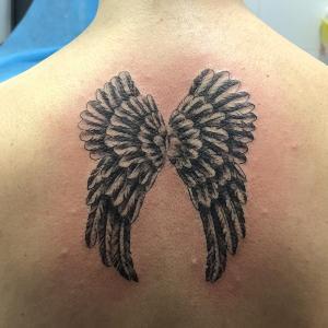Tatuaje de alas en espalda realizado en nuestro centro de Montera de Madrid