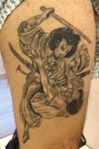 Tatuaje de guerreros samurais luchando