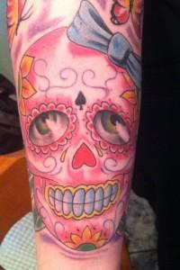 Tatuaje de calavera en tonos rosas