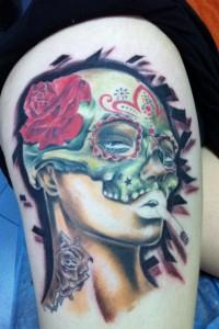 Tatuaje de mujer con máscara y rosa en la cabeza fumando