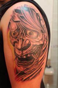 Tatuaje de monstruo con colmillos