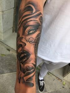 Tatuaje de mujer sensual en brazo