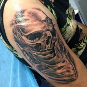 Tatuaje de calavera en brazo