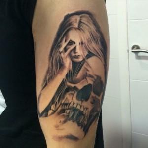Tatuaje de mujer y calavera
