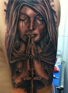Tatuaje de mujer rezando