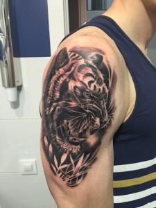 Tatuaje de cabeza de tigre en brazo