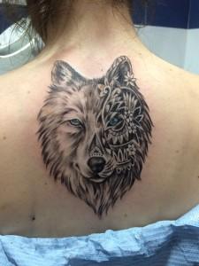 Tatuaje de cabeza de lobo en espalda