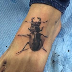 Tatuaje de escarabajo en pie