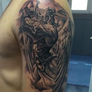Tatuaje de guerrero con casco y espada en hombro