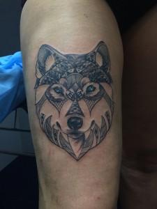 Tatuaje de cabeza de lobo con ojos azules