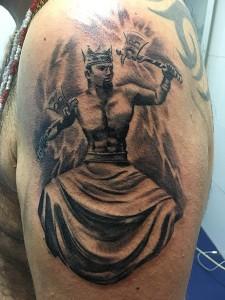 Tatuaje de rey con hachas