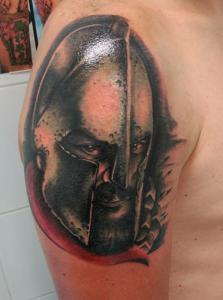 Tatuaje de guerrero en hombro