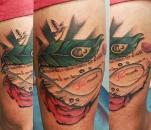 Tatuaje de pluma con mensaje
