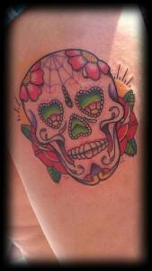 Tatuaje de calavera con ojos en forma de corazón