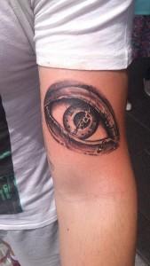 Tatuaje de ojo en brazo