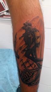 Tatuaje de un submarinista en barco antigüo hundido