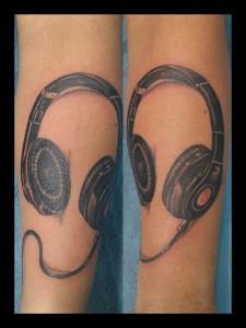 Tatuaje de cascos de dj