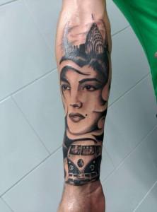 Tatuaje de mujer con edificio Chrysler