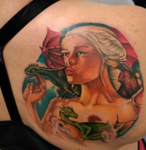 Tatuaje de mujer rubia con dragones