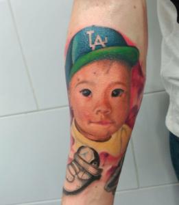 Tatuaje de retrato de niño con gorra