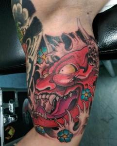 Tatuaje de demonio rojo en brazo