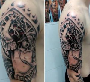 Tatuaje de guerrero en el hombro