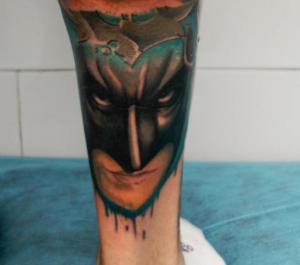 Tatuaje de hombre enmascarado en el gemelo