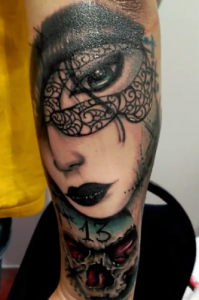 Tatuaje de cabeza de mujer sobre número 13